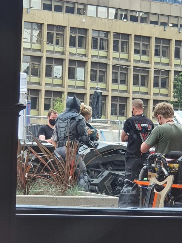 На съемках «Флэша» появился Бэтмен в новом костюме